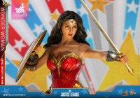 Hot-Toys-Comic-Wonder-Woman-10.jpg